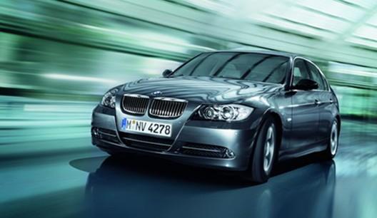 第五代BMW 3系在2005年的日内瓦国际车展上举行了世界首发仪式。一如既往,首先发布的是轿车型。引人注目的短悬伸,充满动感的线条以及充满进取精神的造型风格使它立即形成一种鲜明的特色。 世界第一台采用镁铝合金复合式曲轴箱的新直列6缸发动机引起了轰动。此外,Valvetronic可变气门控制系统也是第一次用于6缸发动机。结合双Vanos可变凸轮轴控制装置,使得燃料供给更加流畅高效。新的BMW 330i以3升的排量输出190千瓦/258马力,最大扭矩300牛顿米。加速到100公里/小时车速仅用6.
